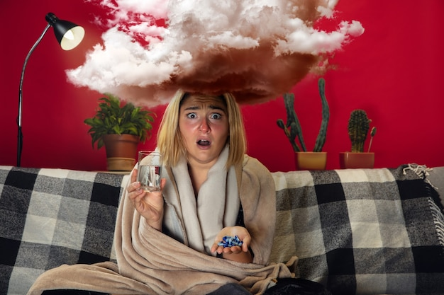 Больная молодая девушка с лихорадкой и холодными взглядами страдает дома