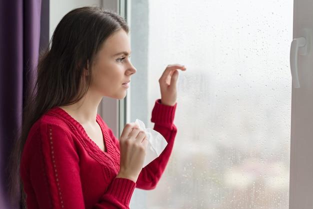 Больная молодая женщина с носовым платком