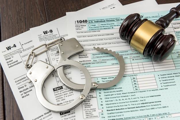 ガベルと手錠を使用した違法な概念の米国納税申告書。ビジネスの時間