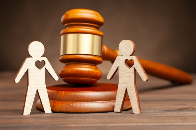 판사의 배경에 손을 잡고 불법 동성 결혼 두 게이 남자