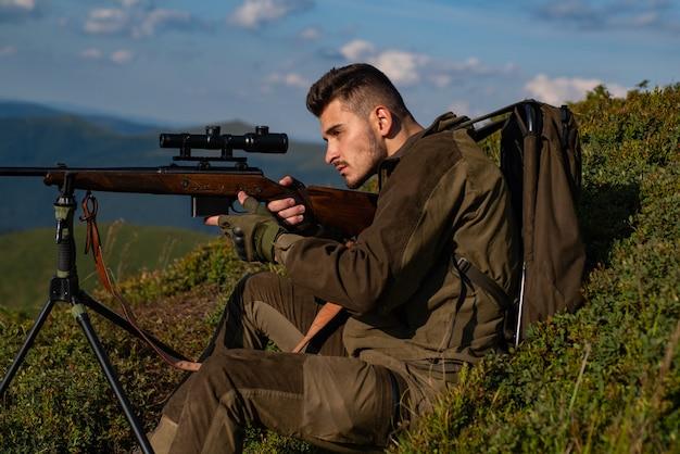 러시아에서 사냥을 한 후 산탄총을 든 숲 사냥꾼의 불법 사냥 밀렵꾼