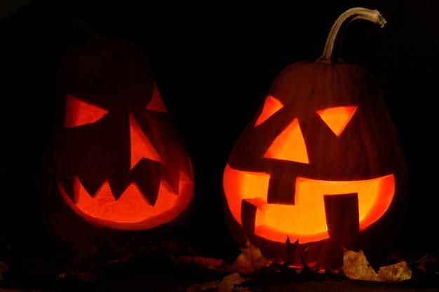 Освещенные тыквы на хэллоуин