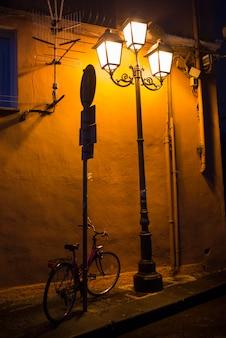 Освещенные лампы на улице ночью, кампания, италия