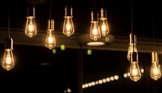天井からぶら下がっている照らされた電球