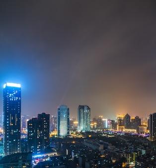 Illuminati edifici moderni di notte