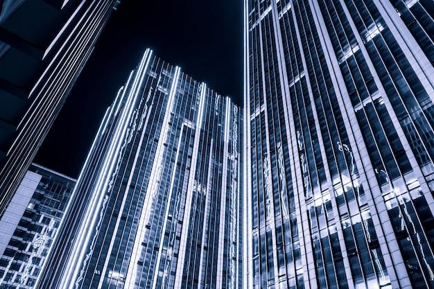 夜のイルミネーションオフィスビル