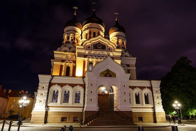 밤에 탈린 에스토니아 시에서 조명된 정교회 대성당.