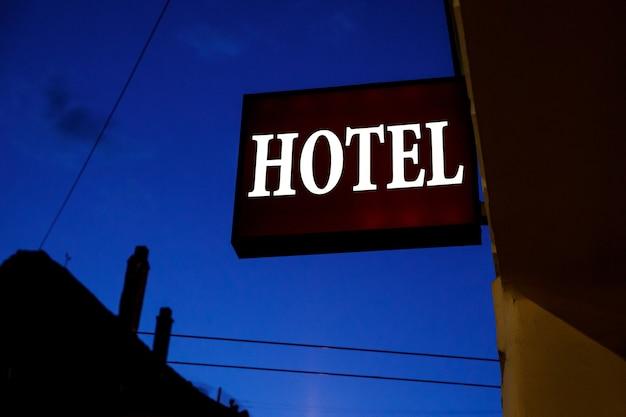 通りにあるイルミネーションサインホテル。