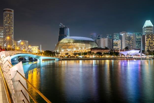 Подсветка небоскребов ночью Бесплатные Фотографии