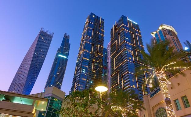 Освещенные башни района дубай марина ночью, объединенные арабские эмираты