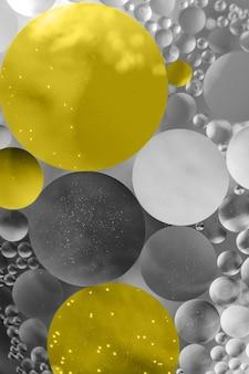 일루미 네이 팅과 얼티밋 그레이. 2021 년의 색상입니다. 추상 오일 서클, 배경 공간 이미지입니다. 프리미엄 사진