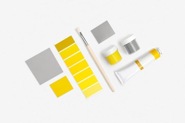 조명, ultimate gray 페인트 및 페인트 브러시 흰색. 2021 년 올해의 색상.
