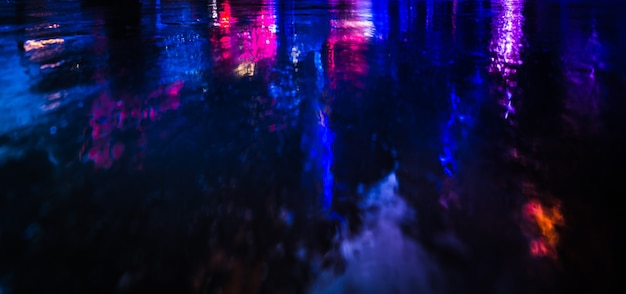 Nyc의 조명 및 네온 야간 조명. 뉴욕시 거리에 네온 불빛의 추상 이미지. 다중 노출 및 의도적 모션 블러