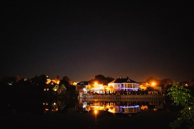 湖の近くの夜のお祝いのイルミネーション
