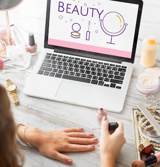 Illustrazione di cosmetici di bellezza makeover skincare su laptop