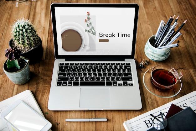 Illustrazione della pubblicità del caffè della decorazione della tazza di caffè sul laptop