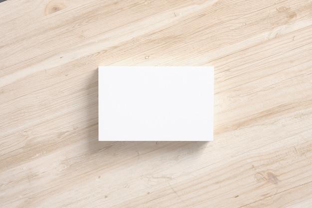 白で隔離される空白の名刺スタックのイラスト。