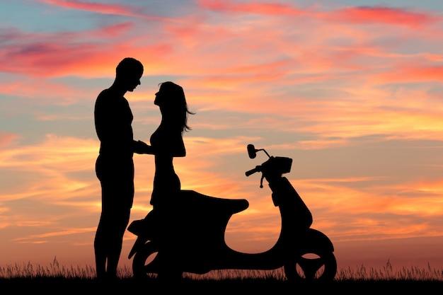 日没時のスクーターに乗ってカップルのイラスト