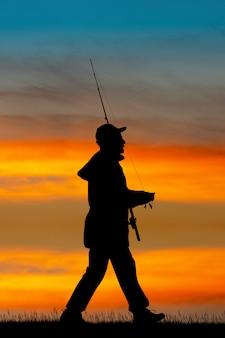 日没時の漁師のイラスト