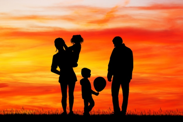 夕暮れ時のうれしそうな家族のイラスト
