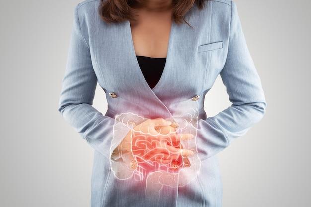 Иллюстрация толстой кишки на теле женщины. деловая женщина трогает болезненный живот, страдающий энтеритом. внутренние органы человеческого тела. воспалительное заболевание кишечника