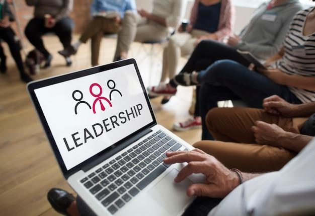 Иллюстрация организации бизнеса лидерства на ноутбуке