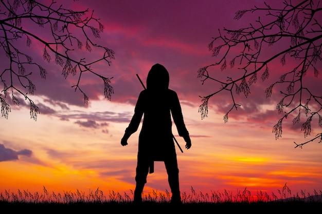 日没時の忍者男のシルエットのイラスト