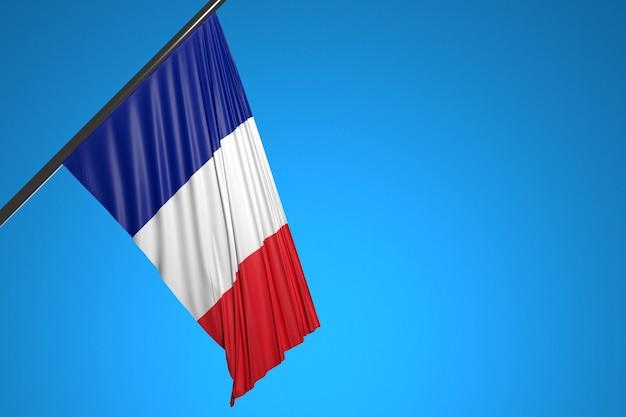 푸른 하늘에 대해 펄럭이는 금속 깃대에 프랑스 국기의 그림