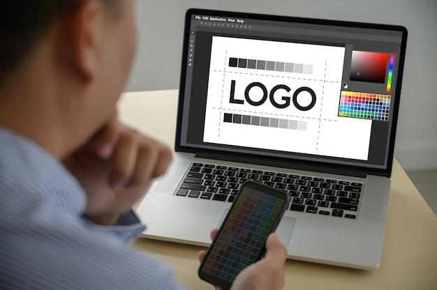Креативный дизайнер графика за работой. , illustrator графический дизайнер, работающий с цифровым планшетом и компьютером образцы образцов цвета
