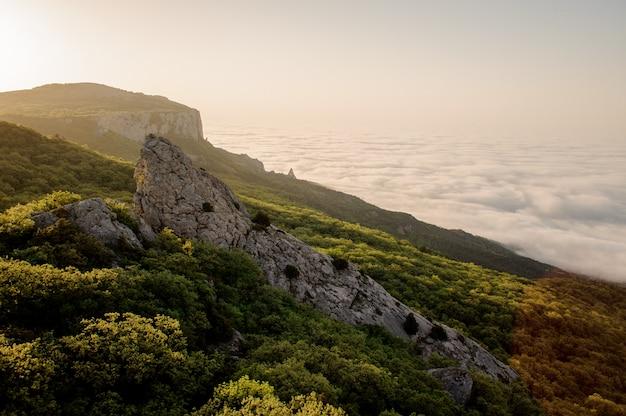 山の風景:ilyas-kayaとsun temple。クリミア、ロシア。ウクライナ