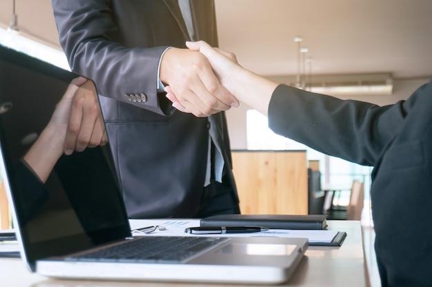 画像ビジネスは握手をする。ビジネスパートナーシップ会議コンセプト