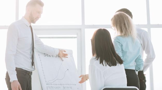 新しいプレゼンテーションについて話し合う画像ビジネスチーム。チームワークの概念