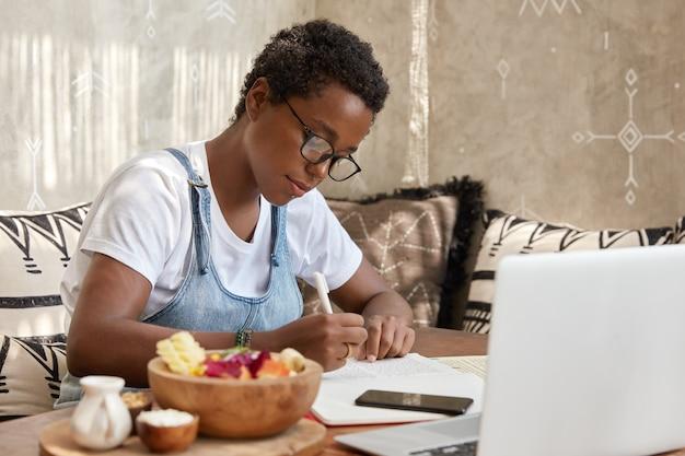 L'immagine dei piani di freelance impegnati funziona durante la settimana