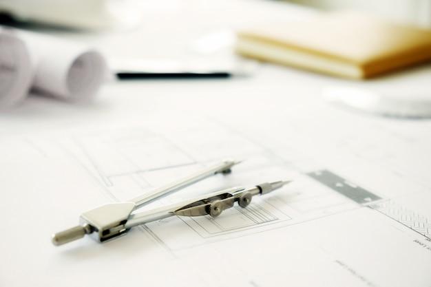 Immagine di oggetti di ingegneria sul posto di lavoro top view.construction concept. strumenti di ingegneria. effetto retro del filtro retroilluminato, fuoco morbido (messa a fuoco selettiva)