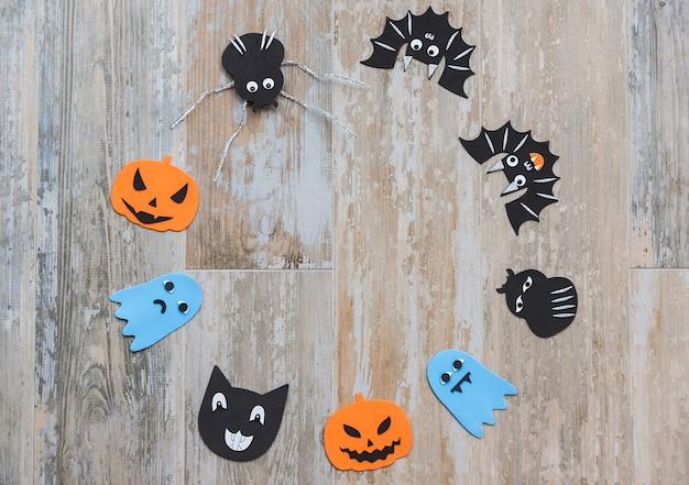 Изображение сверху с мотивами хэллоуина для украшения в кругу на старом деревянном полу