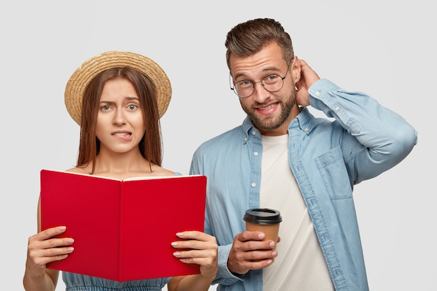 Immagine di compagni di classe frustrati ed esitanti in piedi uno accanto all'altro al coperto