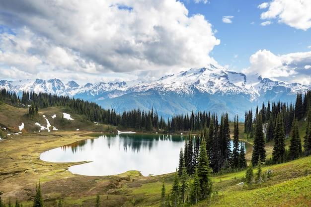 이미지 호수와 미국 워싱턴의 빙하 피크