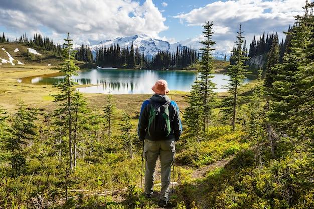 画像の湖と米国ワシントン州の氷河ピーク