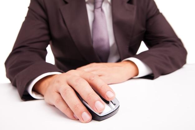 흰색 바탕에 사업가 손에 컴퓨터 마우스의 이미지