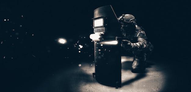 Изображение компьютерного игрока в стрелялке. концепция киберспорта. смешанная техника