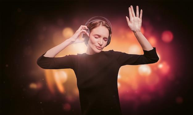 Изображение девушки в черном платье с наушниками в ночном клубе. концепция партии. смешанная техника