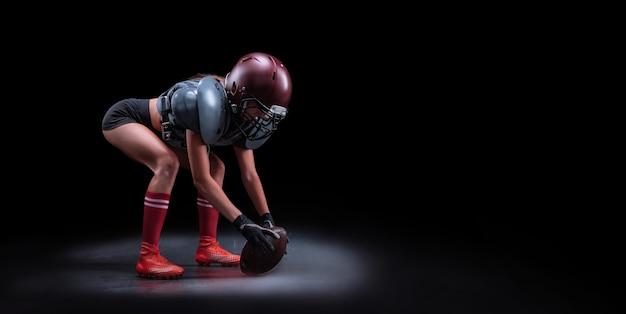 미식축구팀 선수의 유니폼을 입은 소녀의 이미지. 게임의 시작. 스포츠 개념입니다. 어깨 패드. 혼합 매체