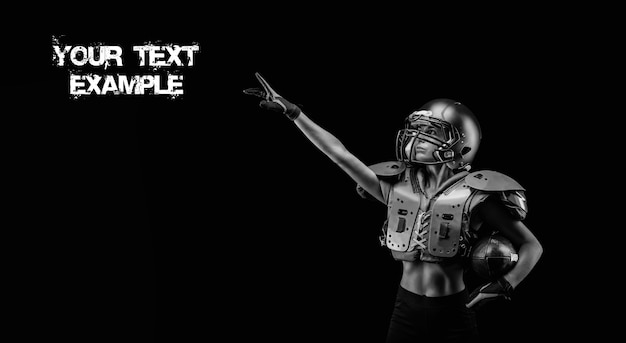 미식축구팀 선수의 유니폼을 입은 소녀의 이미지. 그녀는 광고 문구를 손가락으로 가리킵니다. 검은 배경. 스포츠 개념입니다. 어깨 패드. 혼합 매체