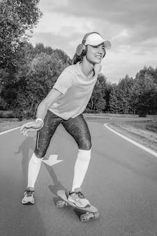 공원에서 스케이트보드를 타는 소녀의 이미지. 스포츠 개념입니다. 혼합 매체