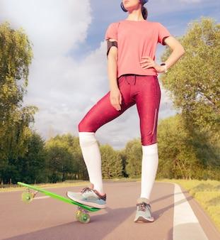 公園のスケートボードの近くに立っている女の子の画像。スポーツのコンセプト。ミクストメディア