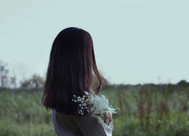 花を持つ少女の画像