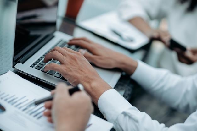 財務データをチェックするビジネスマンのグループの画像