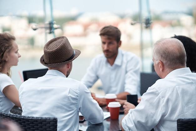 ディスカッションテーブルに座っている起業家のグループの画像