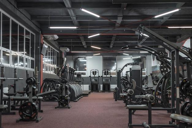 Изображение тренажерного зала. концепция фитнеса и бодибилдинга. смешанная техника