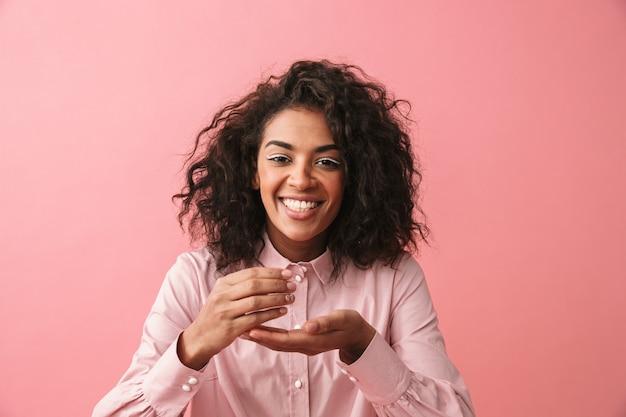 孤立したポーズで幸せな美しい若いアフリカの女性の画像。